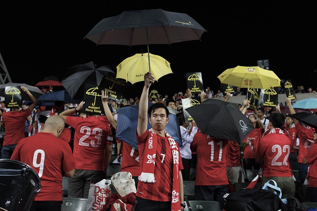 香港隊球迷在播放中國國歌時背向國旗撐起雨傘。攝 : Tyrone Siu/REUTERS