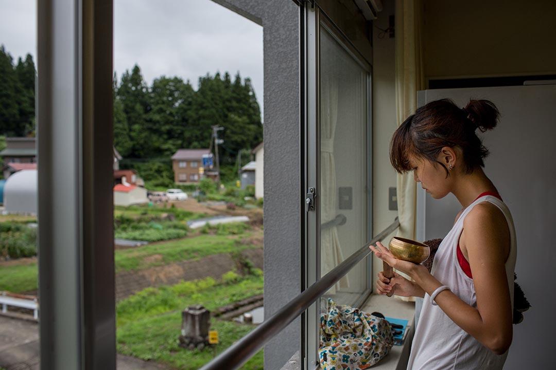 2015年8月23日 日本十日町市 香港農夫在越後妻有大地藝術展中的香港烹調工作坊內準備材料。攝: Nicole Tung /端傳媒