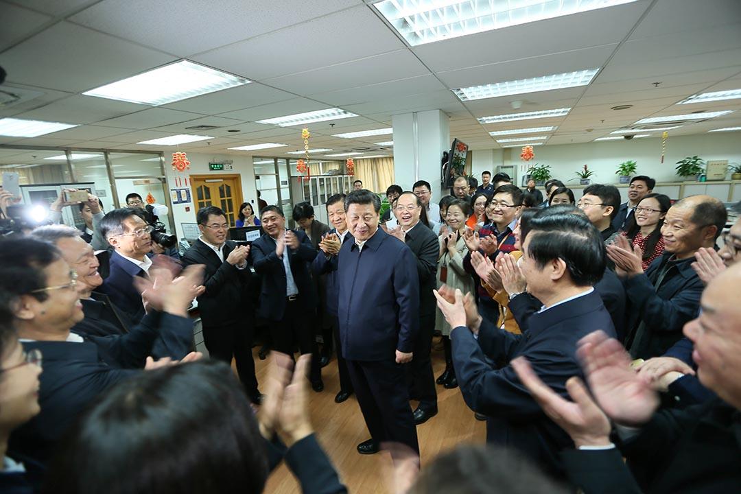 2月19日,中共中央總書記習近平到人民日報社視察。攝 : Lan Hongguang/Xinhua via AP