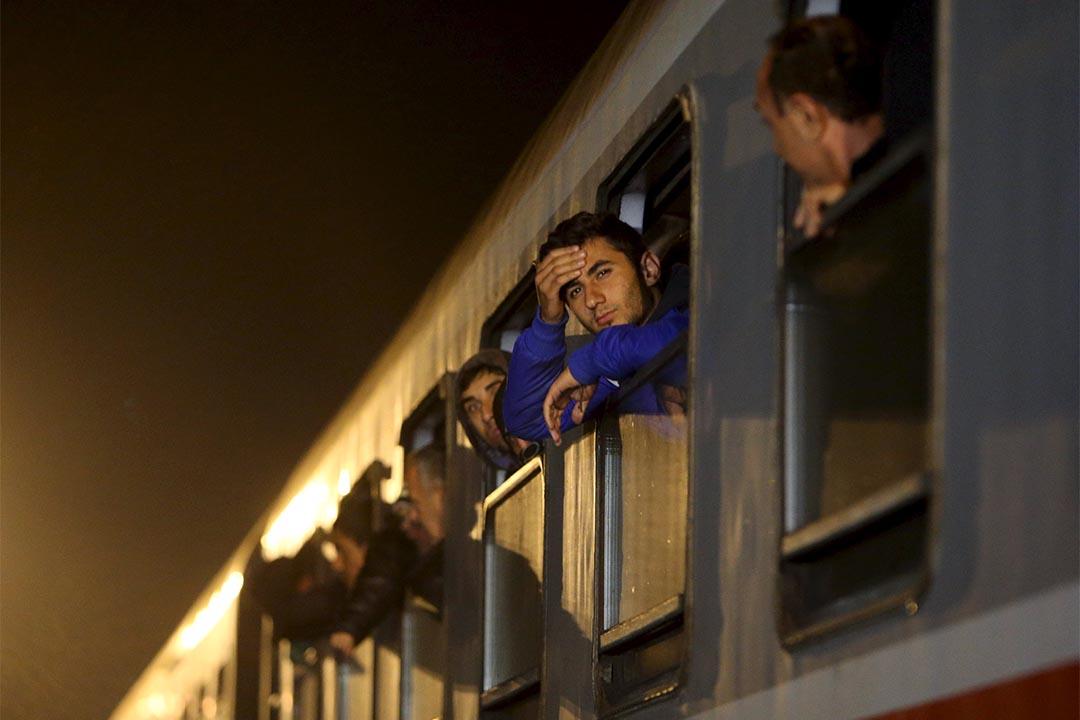 匈牙利關閉接壤克羅地亞邊境後,大批難民轉而取道斯洛文尼亞。圖為2015年10月17日,一些難民在斯洛文尼亞 Sredisce ob Dravi 火車站等待下車。攝:Srdjan Zivulovic/REUTERS