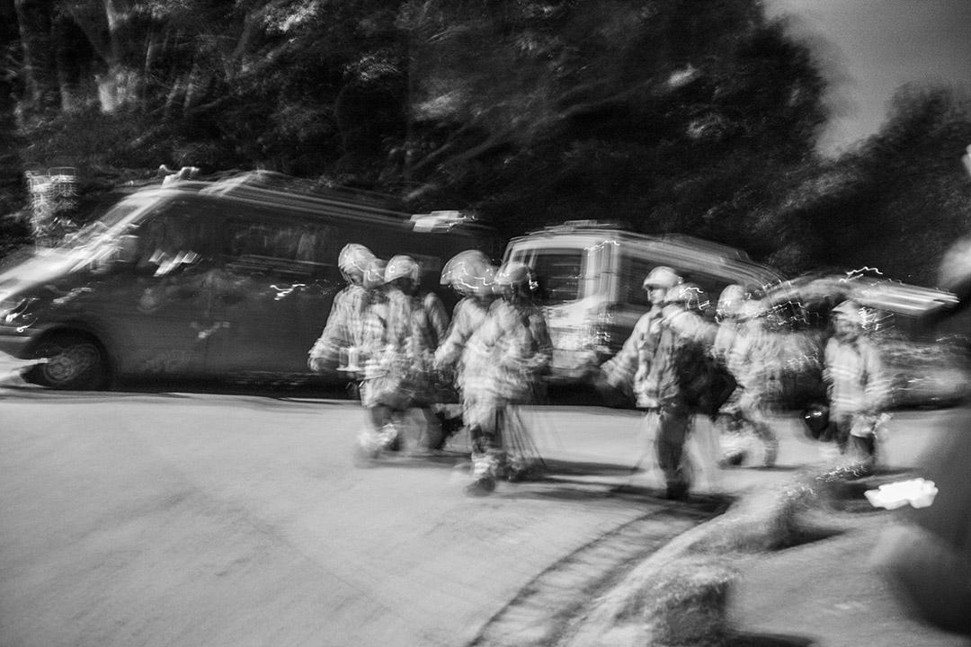2016年1月24日,現場消息稱仍有20人被困山中小屋里,消防已經接觸他們,正想辦法帶他們下山。圖中的消防人員上山拯救被困行山者攝:林亦非/端傳媒