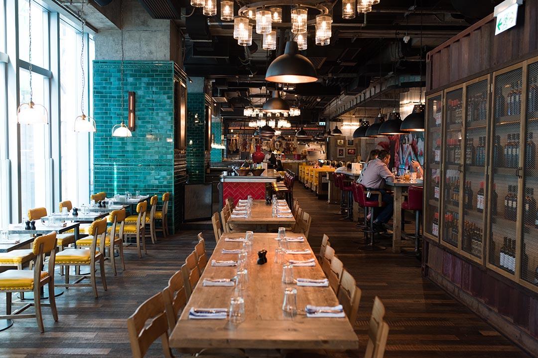 餐廳環境闊落,沙發舒適,開放式廚房,可看到廚師在烹調。攝:Lit Ma/端傳媒