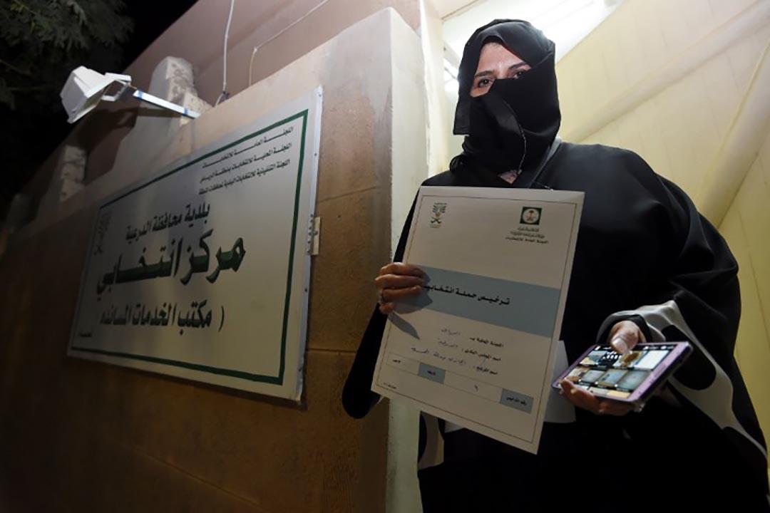 900名女性議員候選人之一 Aljazi AL-Hussaini 展示參選證。攝 : Fayez Nureldine/AFP