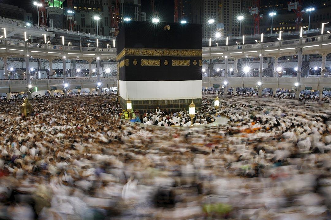 穆斯林在大清真寺內朝聖祈禱。攝 : Ahmad Masood/REUTERS