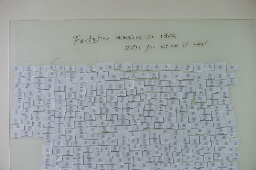 FactWire的發起人吳曉東在辦公室內一面牆,他每天把贊助者的名字打印出來,逐片貼在牆上。攝:Jerome Favre/端傳媒