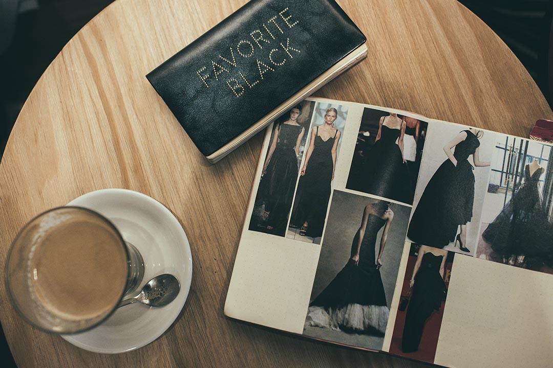 從事廣告設計的 Nic ,喜愛將在雜誌見到的剪下貼在筆記簿中,日後做參考。攝:王嘉豪/端傳媒