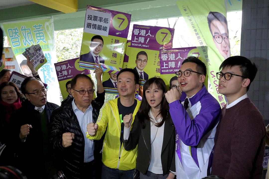 2016年2月28日,泛民主派在補選投票日於粉嶺為公民黨候選人楊岳橋拉票。攝:吳煒豪/端傳媒
