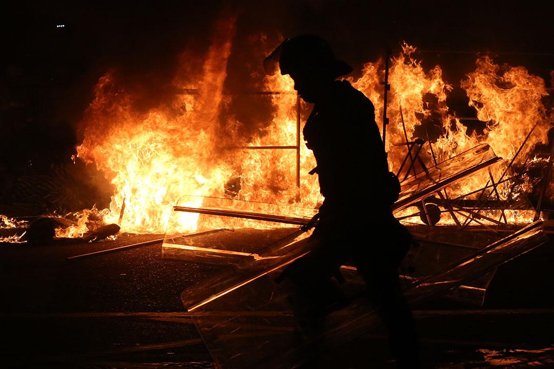 2016年2月9日清晨約七時,示威者在旺角街道多處地方焚燒雜物。攝:盧翊銘/端傳媒