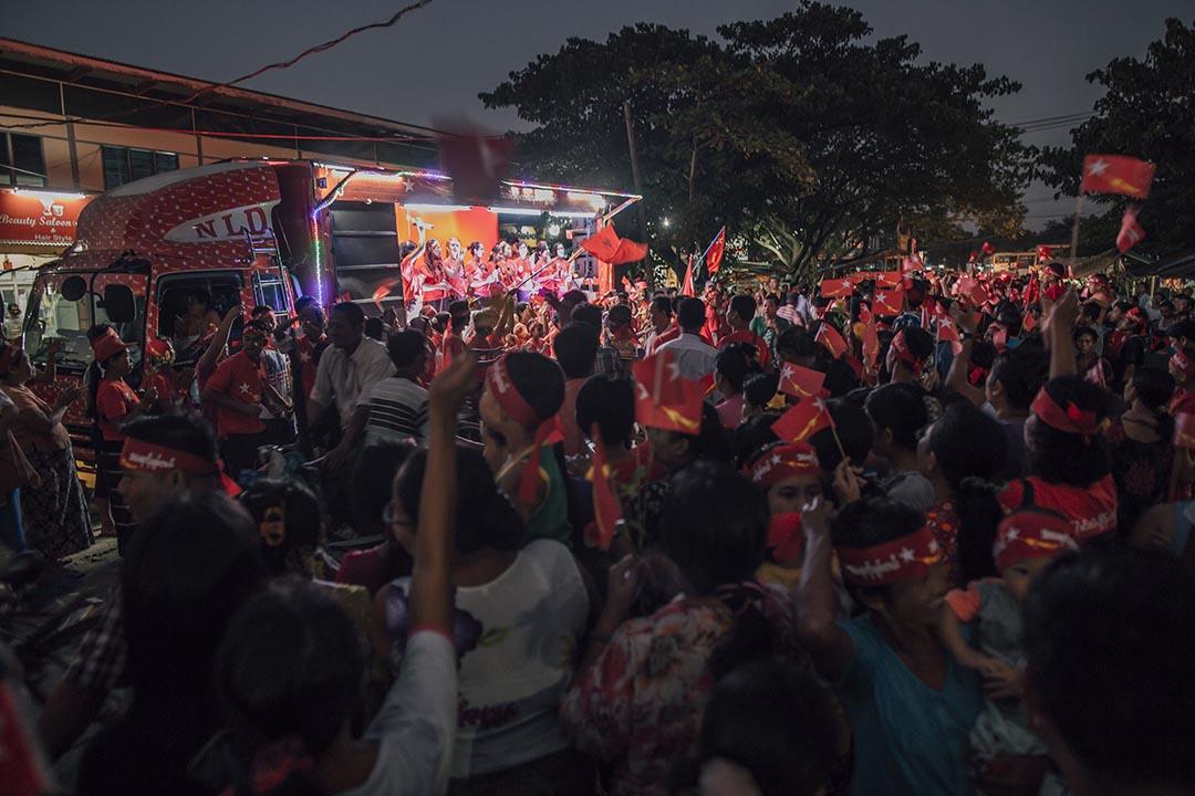 民盟支持者聚集在路邊觀看志願表演者的演出。攝 : Anthony Kwan/端傳媒