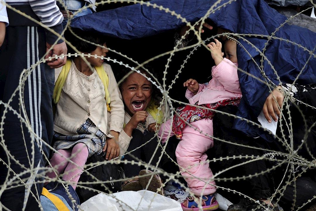 2015年8月22日 馬其頓蓋夫蓋利亞 一名女孩在等候進入希臘前的帳篷中流淚。攝: Ognen Teofilovski /REUTERS