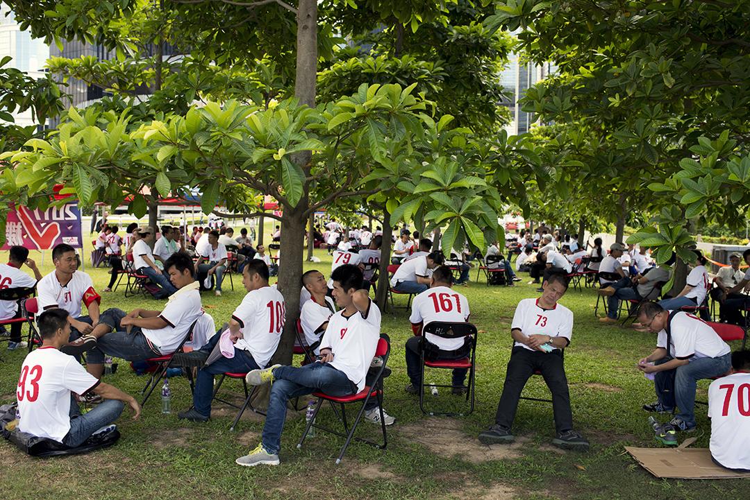 支持政改人士穿着印有數字的白色上衣,在立法會外休息。攝:Eric Rechsteiner-Panos/端傳媒