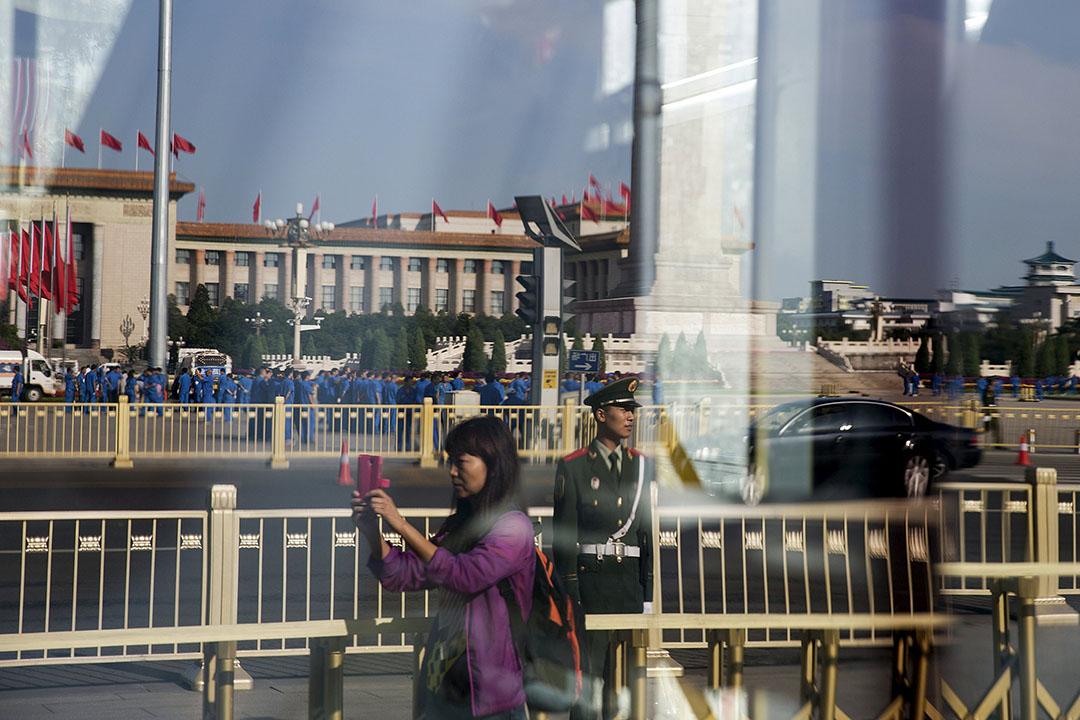 一名女人在閱兵儀式舉行前在天安門廣場拍照留念。