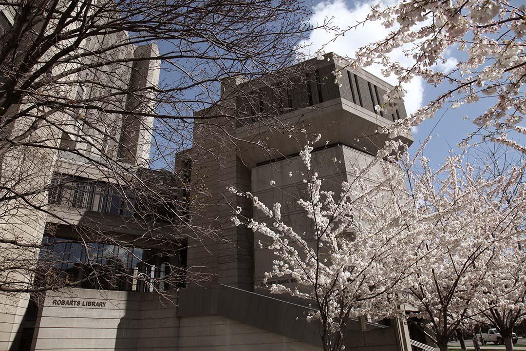 在多倫多大學羅巴茨圖書館(Robarts Library)裏,艾可寫下《玫瑰的名字》,並以圖書館的樓梯間為原型,創作了這本小說裏的樓梯間。多倫多大學網頁圖片