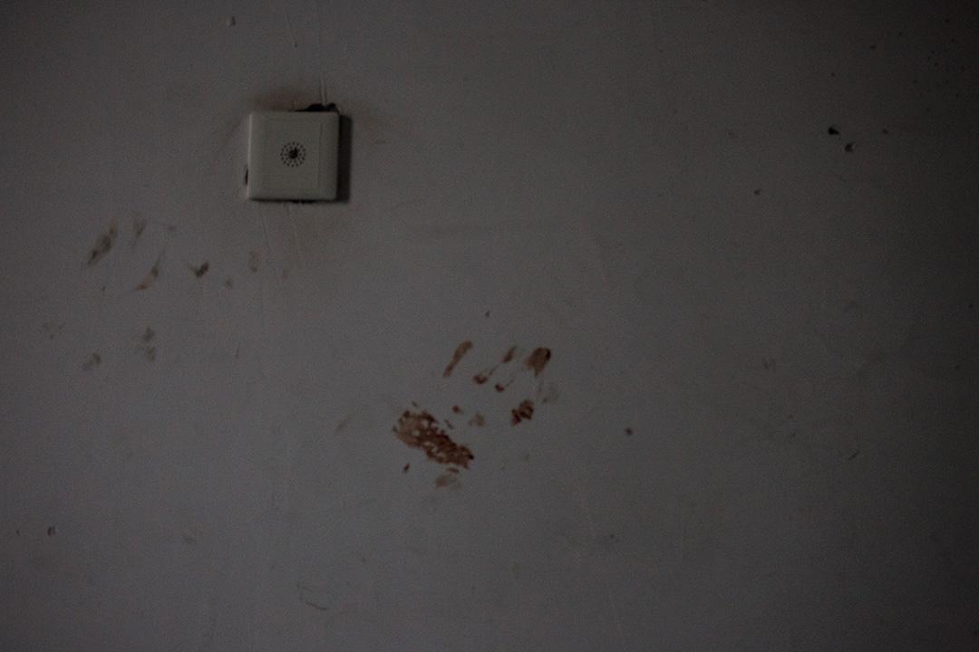 爆炸現場附近的民居,後樓梯牆壁上留下血手印。