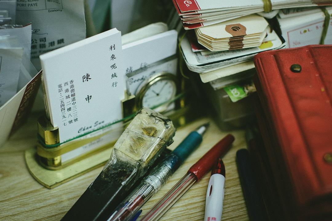 工作台上放了自己的名片。攝:王嘉豪/端傳媒
