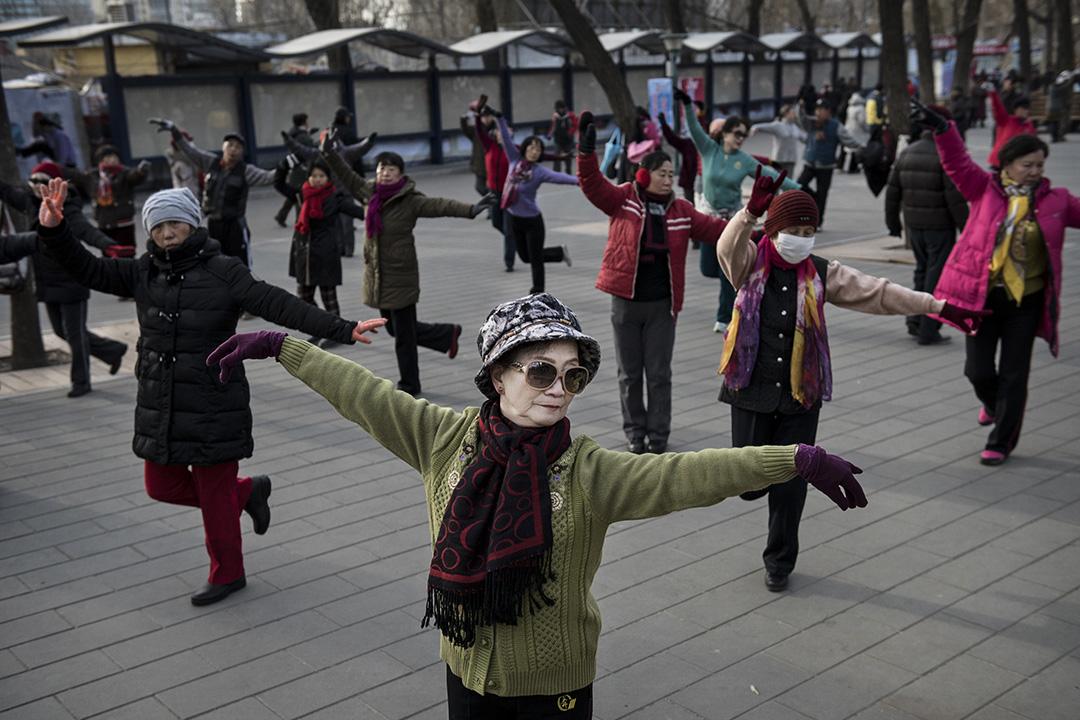 中國婦女在北京某公園廣場跳健康舞。攝:Kevin Frayer/Getty Images)