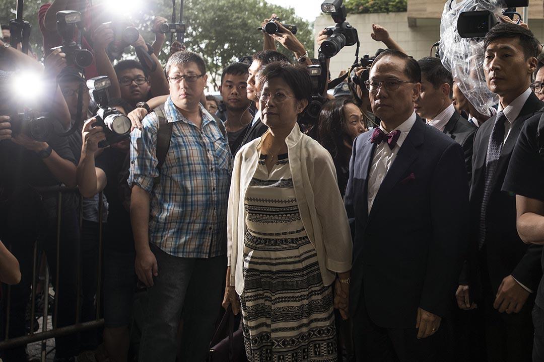 2015年10月5日,被控公職人員行為失當罪的前特首曾蔭權與妻子抵達東區裁判法院提堂。  攝:Xaume Olleros/ 端傳媒