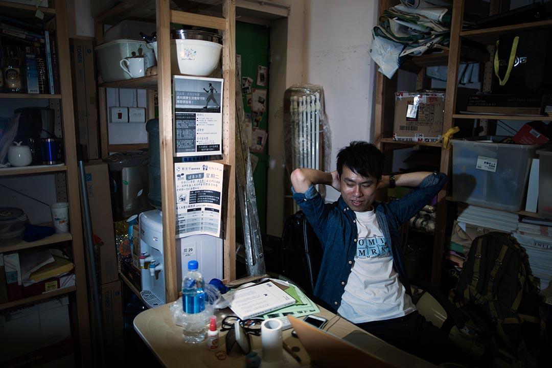 香港元朗區議會北朗選區民選議員、註冊社工及作家鄺俊宇於其位於朗屏邨的辦事處接受訪問。攝:盧翊銘/端傳媒