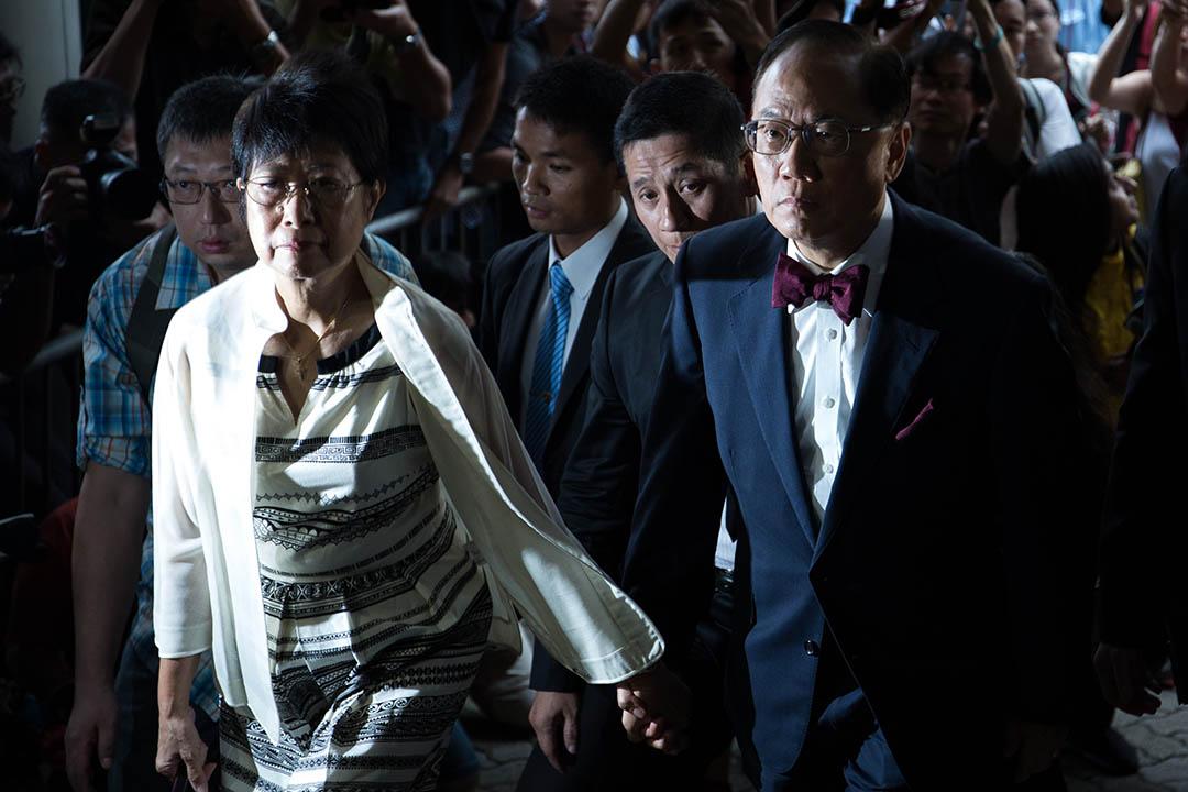 2015年10月5日,曾蔭權在妻子陪同下到東區裁判法院應訊。攝:盧翊銘/端傳媒