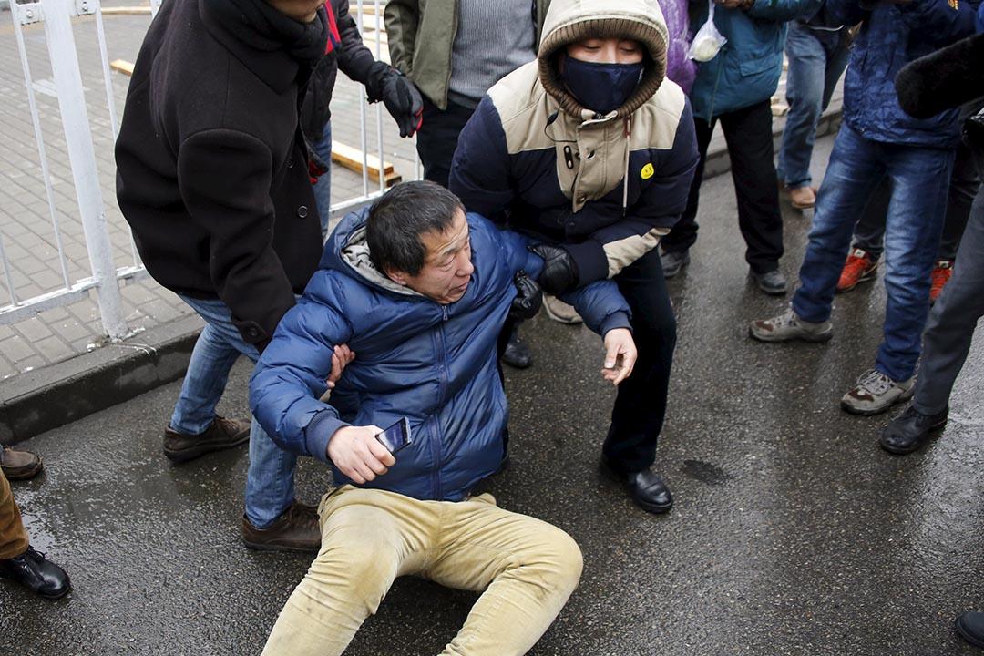 便衣警察拉走一名到法院声援的浦志强支持者。 摄:Kim Kyung-Hoon/REUTERS