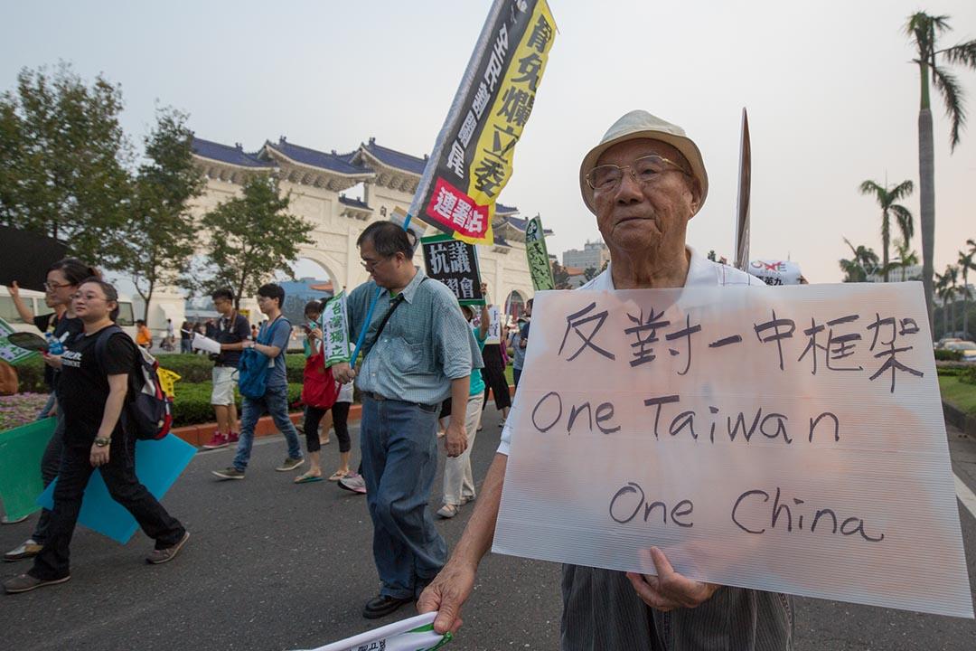 有民眾抗議馬英九總統在「一個中國」前提下,未經民主授權,與中國國家主席習近平進行會談。攝 : 張國耀/ 端傳媒