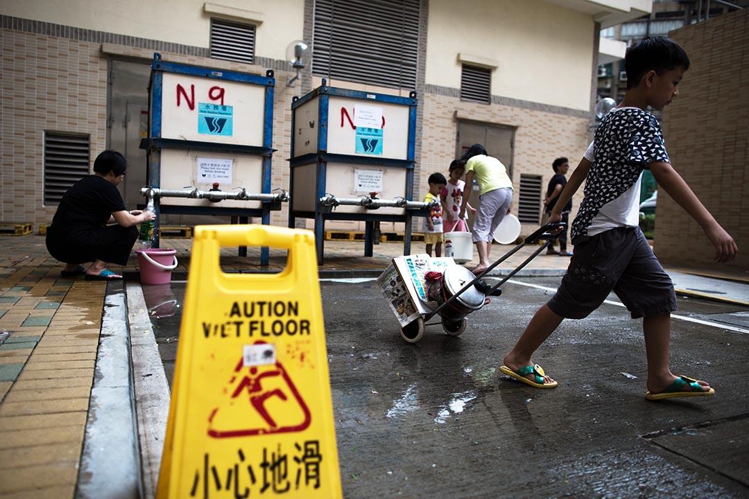 港府8月3日再公布3條屋邨共25個水樣本含鉛量超標。圖為紅磡邨二期居民到邨內臨時供水處取水使用。攝 : 盧翊銘/端傳媒