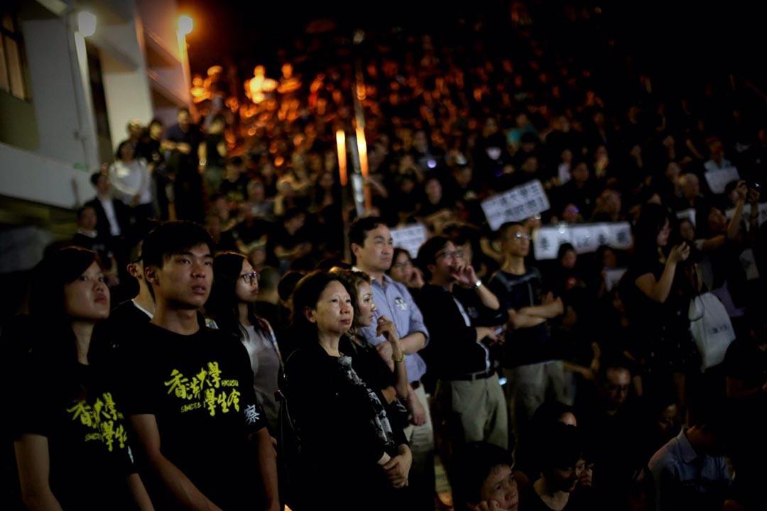 港大學生會、港大校友關注組,港大教師及職員會和18個專業團體,於10月9日晚在港大中山廣場發起黑衣集會。攝:盧翊銘/端傳媒