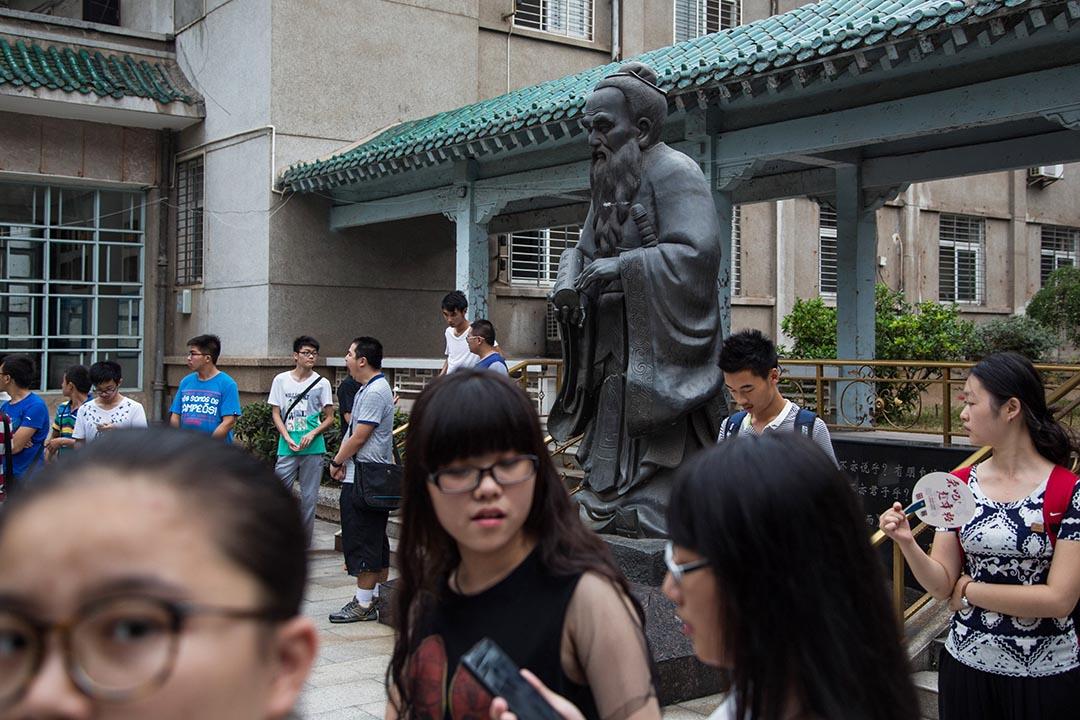 中國孔子學院日前在俄國海蘭泡被指爲「外國代理人」,圖爲武漢大學内的孔子像。攝: 林亦非/端傳媒