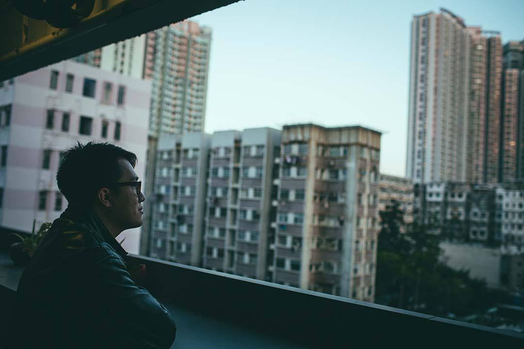 蕭偉恒在自己位於賽馬會創意藝術中心的工作室外。攝:王嘉豪/端傳媒