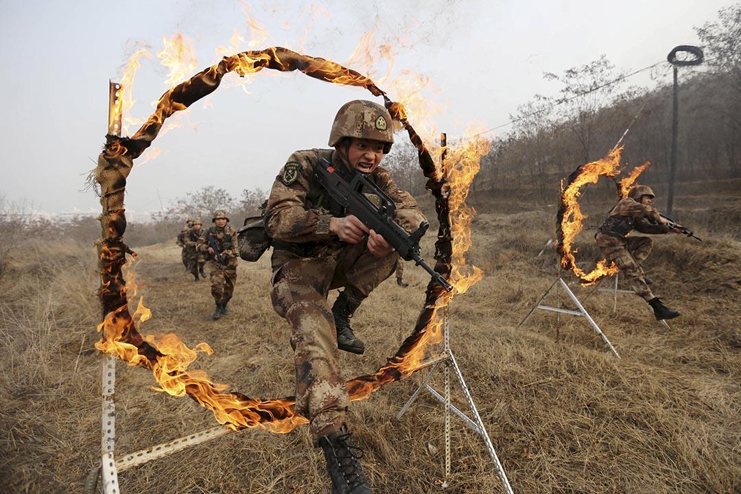 中共中央軍委於1月11日公布了軍委機關部門調整方案,原軍委四總部被改組為15個軍委直屬職能部門。圖為中國解放軍在接受訓練。攝:REUTERS