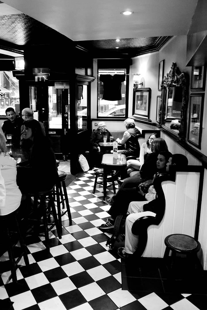 戴維伯恩咖啡館仍舊是老名字,裏面仍保留着布魯姆喜歡的曲線。櫃台上也有個似乎戴維伯恩的中年男人,「臉色紅漲得像鯡魚似的,微笑使他的鼻眼顯得那麼飽滿」。攝:陳丹燕