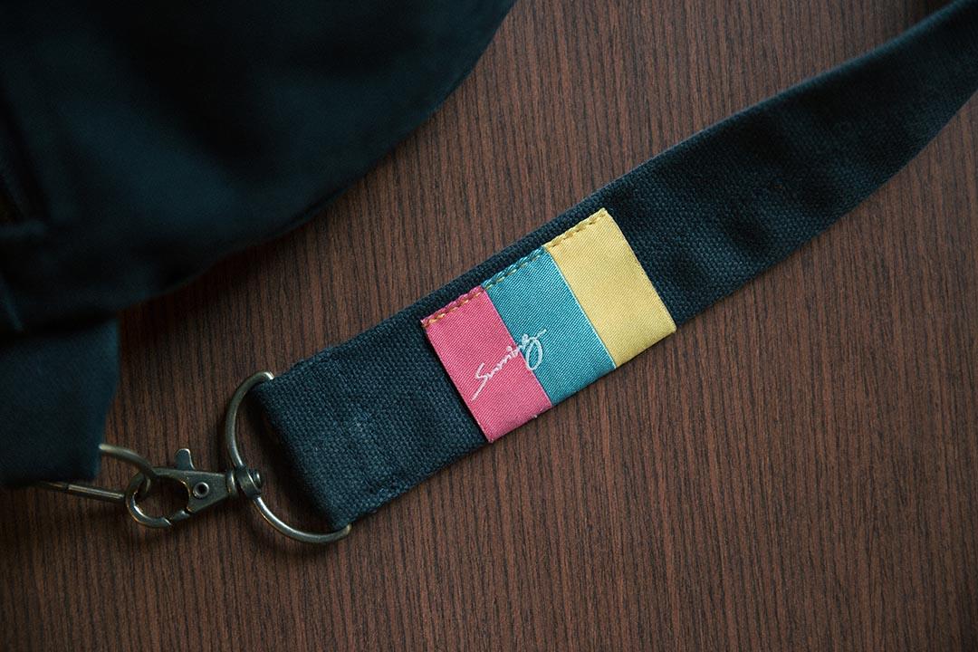 Suming在外套、褲子和背包上,分別都繡上了阿美族的圖騰。攝:Billy H.C. Kwok/端傳媒