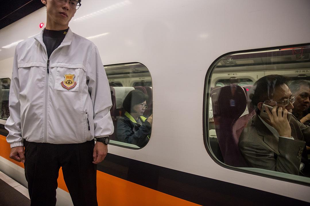 2016年1月5日,蔡英文早上乘坐高鐵由台北南下高雄拉票,旁為保安員。攝:Billy H.C. Kwok/端傳媒