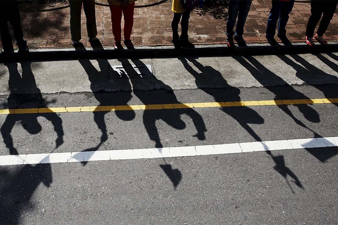 2016年1月12日,台灣大選拉票活動,馬路旁揮舞著打氣旗幟市民的影子。攝:Olivia Harris/REUTERS