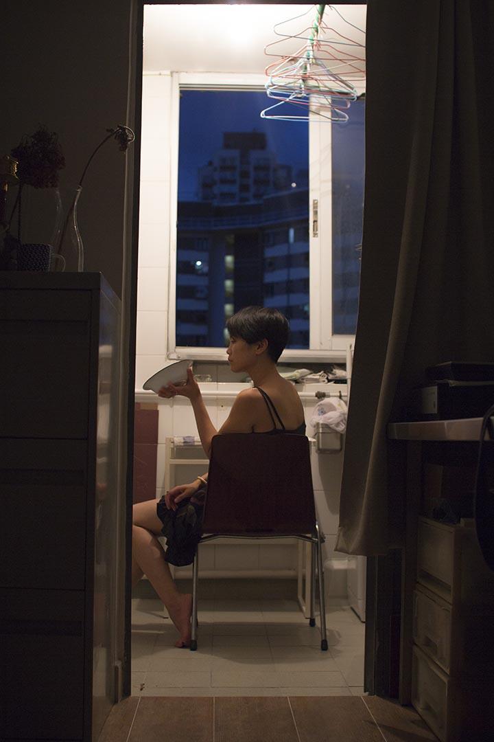 Miu 與朋友於2011年成立多面向跨媒介創作單位「她說創作單位 (HerStory Polygon)」,以表演藝術為主要語言,以「劇場美學」,「性別探索」,「社會介入」為主要藝術方向。《廚房女事》是該單位去年10月推出的戲劇,劇本依據對眾多在廚房裏的女人的採訪,由Miu創作而成。圖為《廚房女事》創作圖片。
