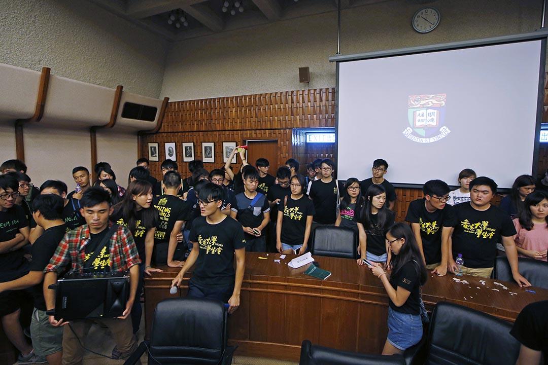 港大前法律學院院長陳文敏稱若自己退出遴選將產生「寒蟬效應」。圖為香港大學學生在7月28日沖擊校委會會議。攝 : Kin Cheung/AP