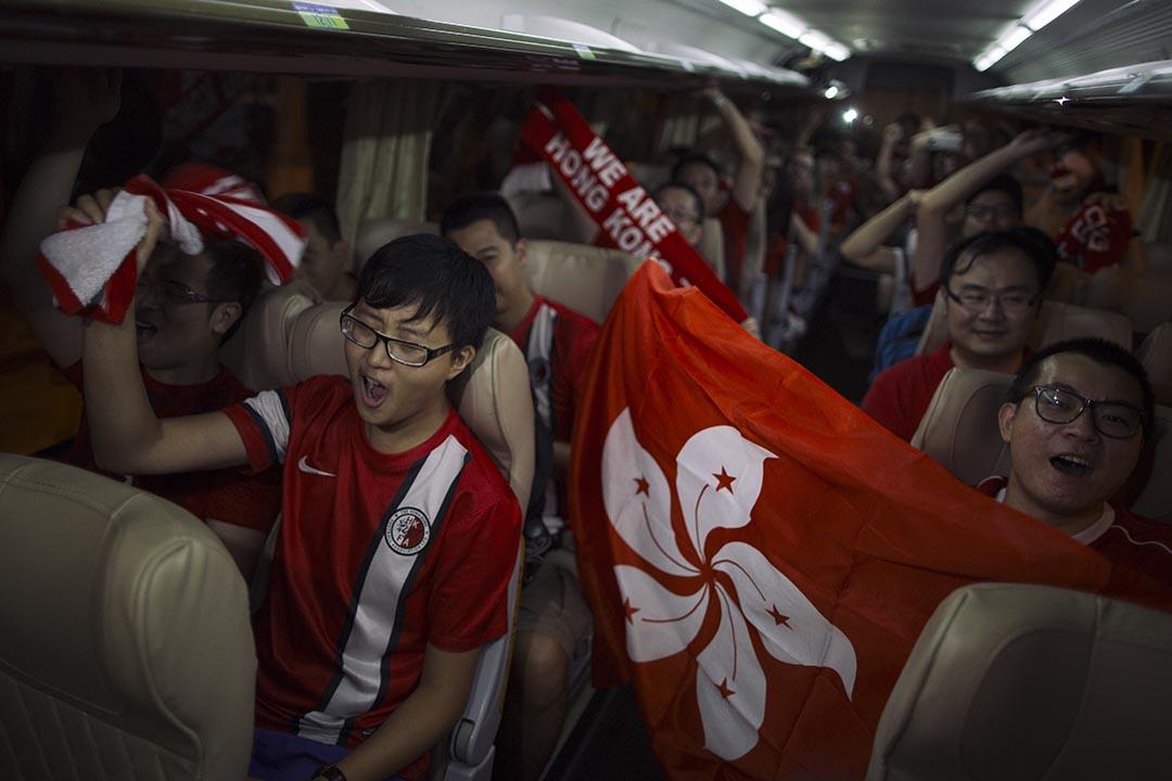 香港球迷賽後乘旅遊巴離開,眾人激動。攝 : 葉家豪/端傳媒