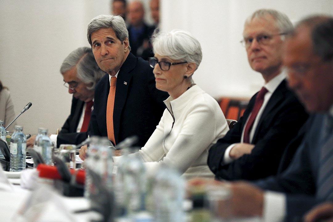 美國國務卿克里(左二)於本周一在奧地利維也納與德、法、中、英、俄及歐盟會面,商討有關伊朗的核問題。 攝:Carlos Barria/REUTERS