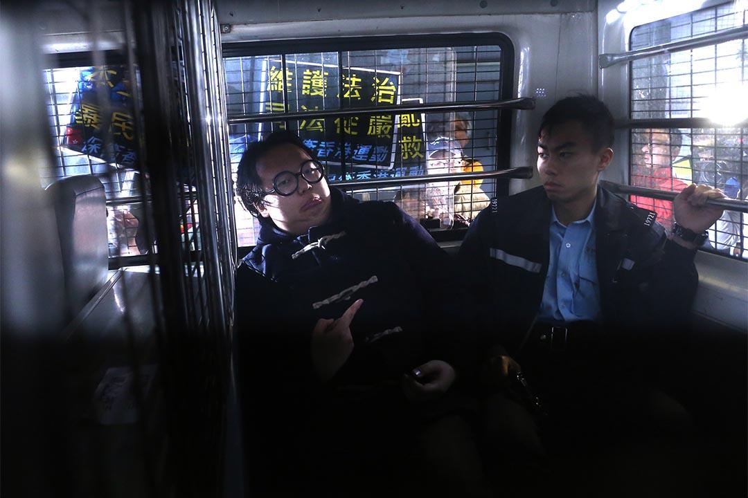 學民思潮成員林淳軒被指參與年初一晚旺角騷亂,由警車押解到九龍城裁判法院應訊。攝:盧翊銘/端傳媒