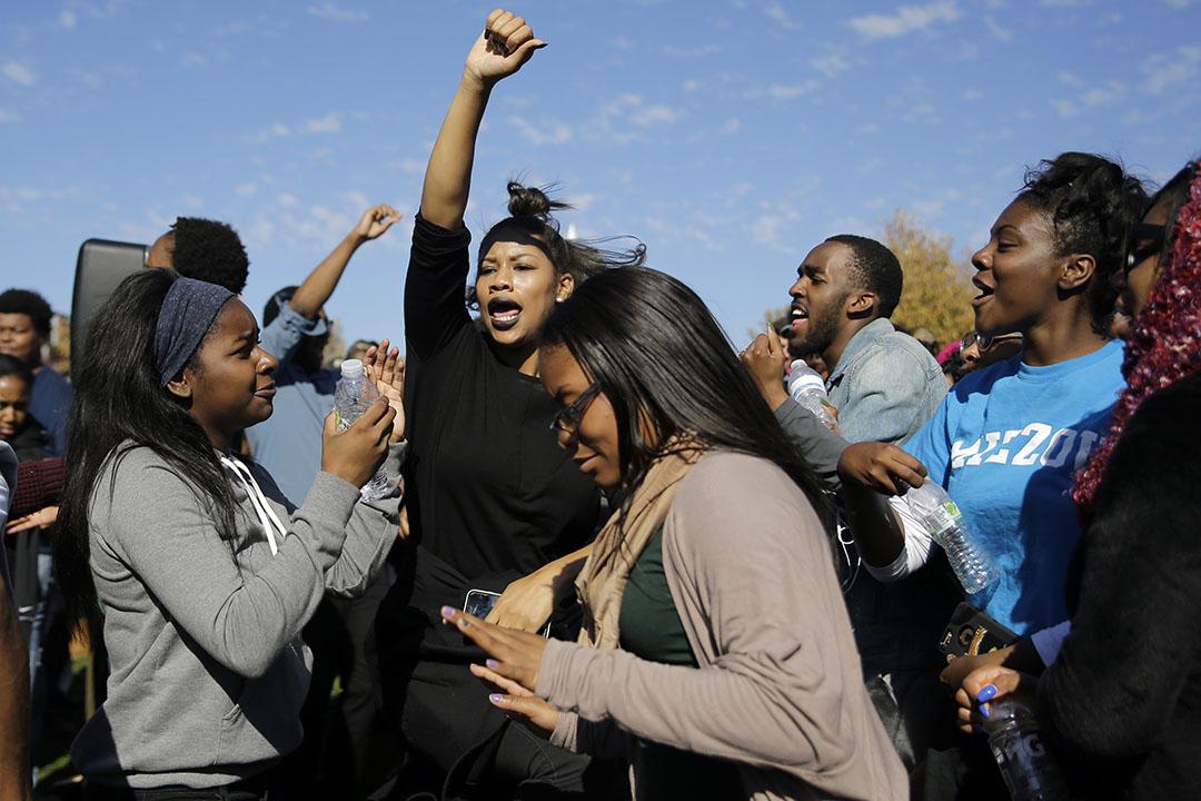 學生在校長沃爾夫辭職後慶祝。攝:Jeff Roberson/AP