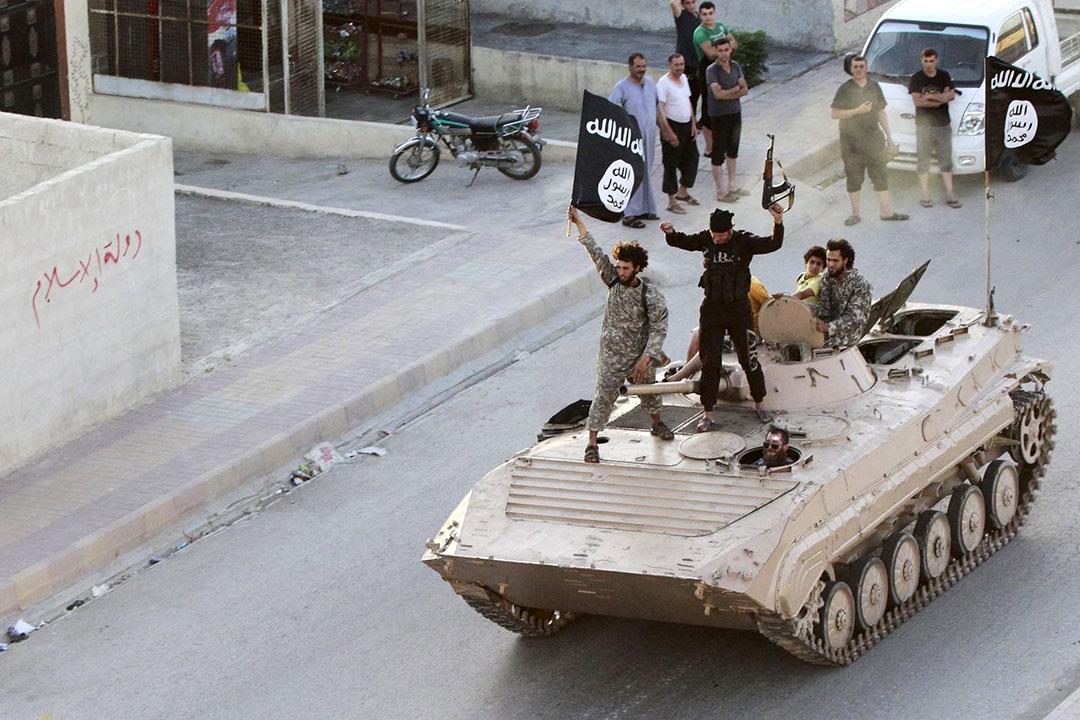 2014年6月30日,敘利亞,伊斯蘭武裝分子駕駛坦克在北部城市遊行。美國總統奧巴馬在國情咨文中稱,恐怖分子直接威脅美國人的安全。攝:State of the Union via REUTERS