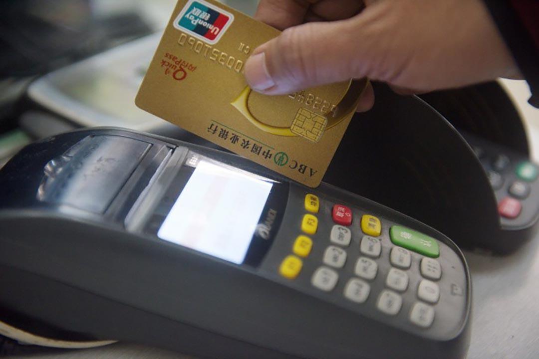 根據保險經紀人透露,如果保費在10萬美元左右,那意味着要在POS機上刷卡20次。攝 : Imaginechina