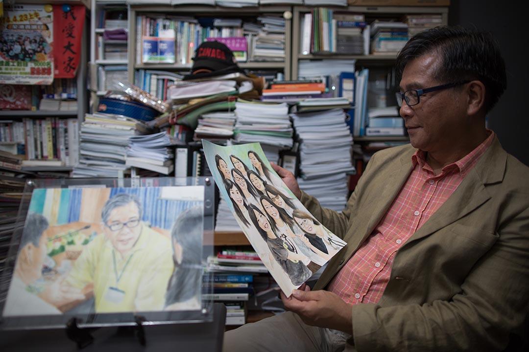 麥海華與學生友好,學生畫了他的畫像以及自畫像送給他。 攝:盧翊銘/端傳媒