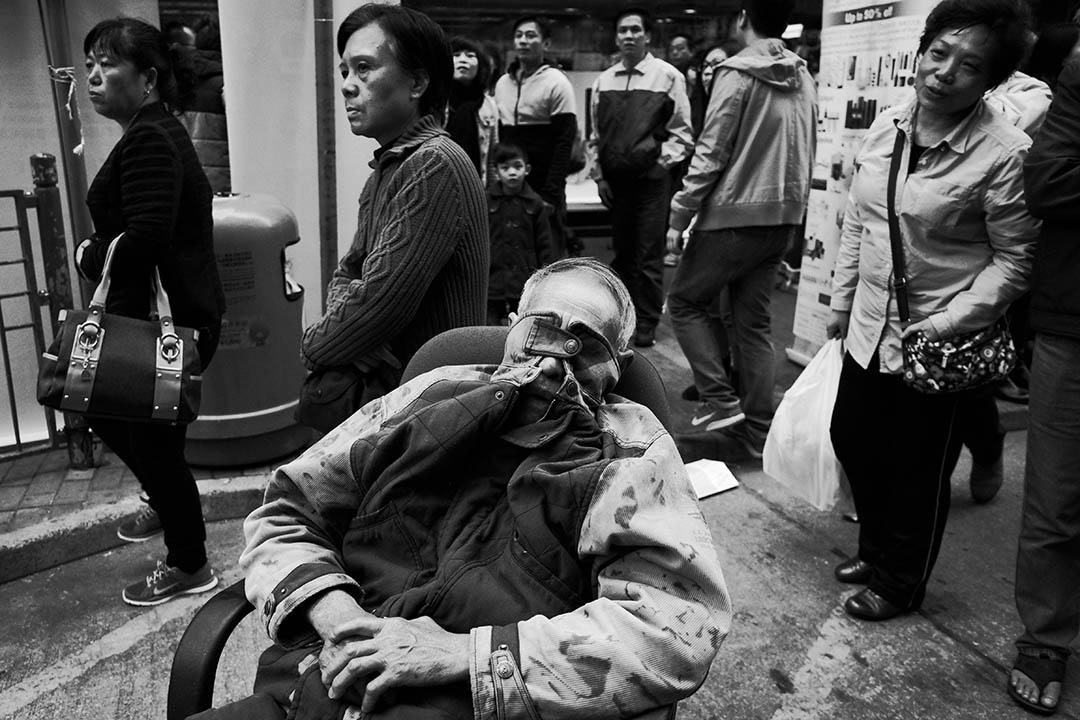 老人在旺角鬧市中午睡。攝:曾憲宗/端傳媒