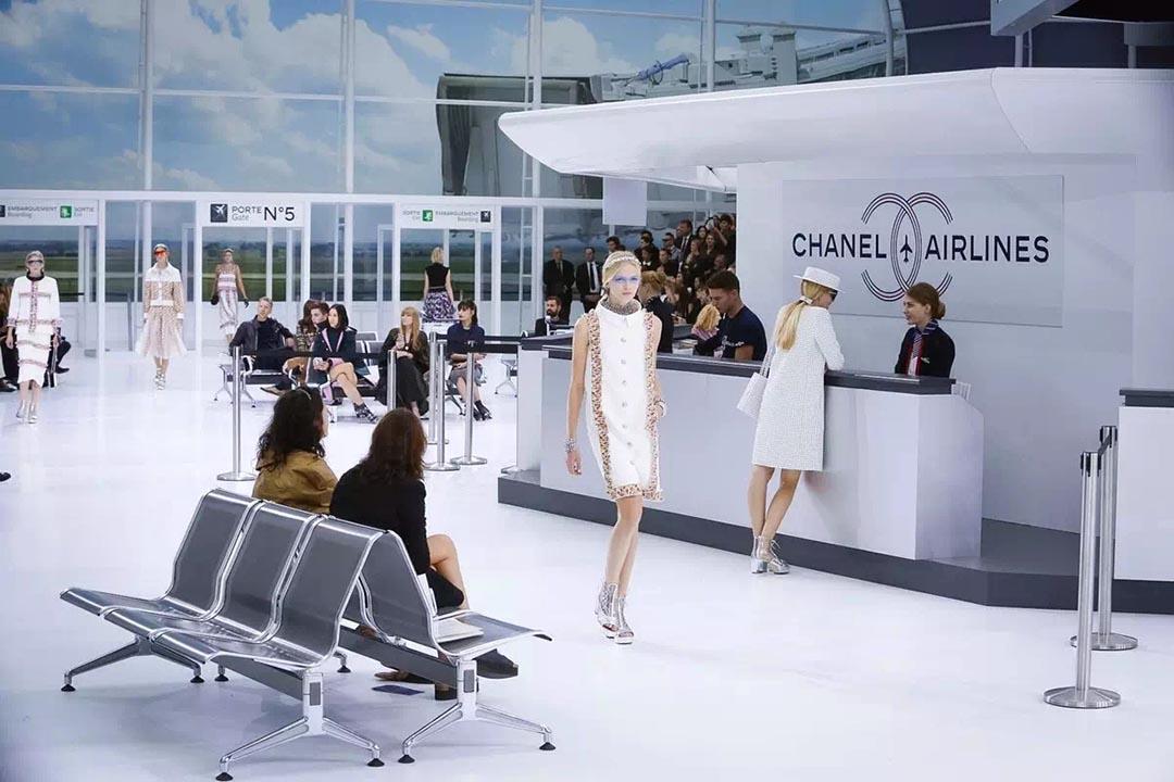 Chanel秀場的場景是本年最佳,model 都像旅客一樣拖着行李 。相片由作者提供