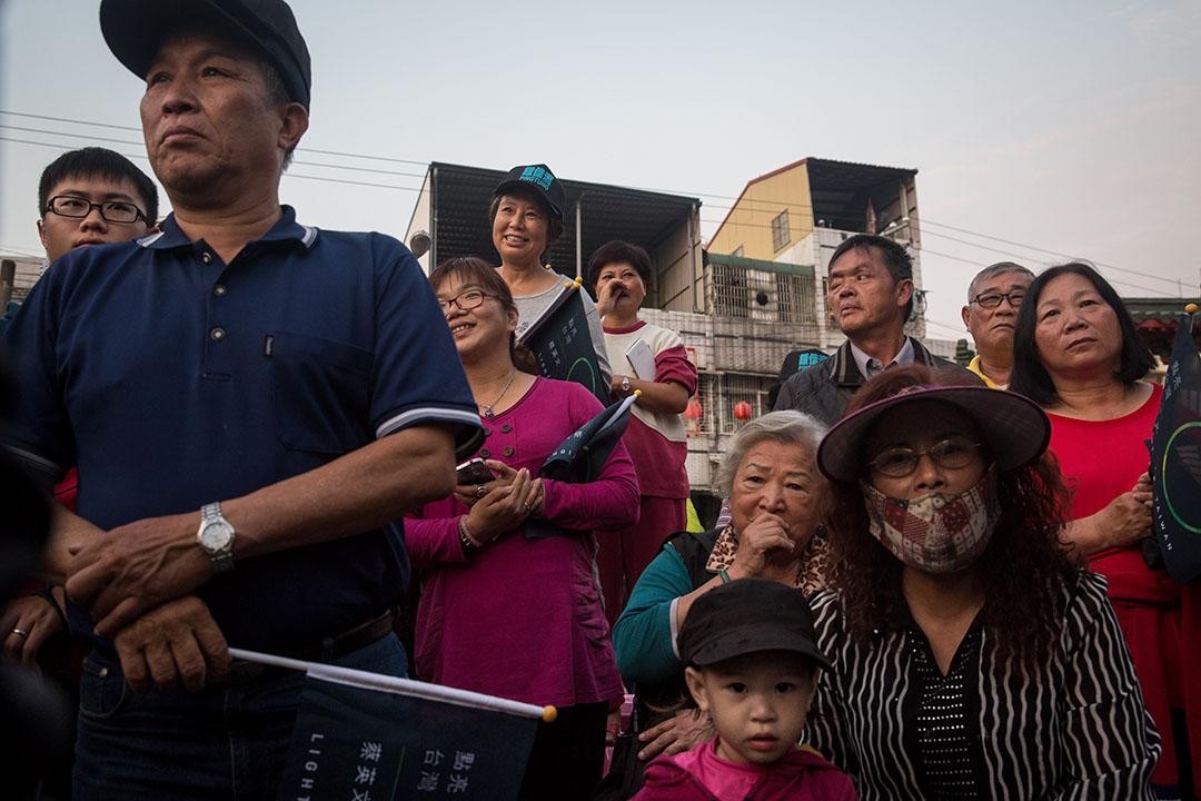 蔡英文當天下午再由高雄趕往屏東,支持者手持「點亮台灣」的小旗,到在天后宮為她打氣。攝:Billy H.C. Kwok/端傳媒