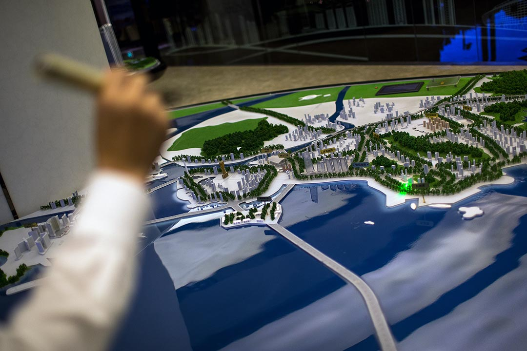 地產經紀展示珠海區房地產模型,受惠於港珠澳大橋,加上沿海景觀升值潛力足,成為近來投資客購買目標。攝 : Billy H.C. Kwok/端傳媒