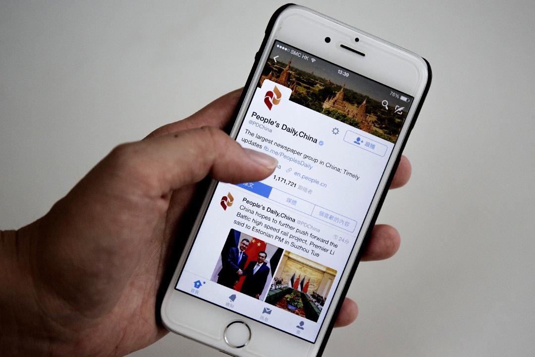 中國官媒《人民日報》的 Twitter 帳戶被質疑有大量關注者是假冒的。設計圖片/端傳媒攝影部
