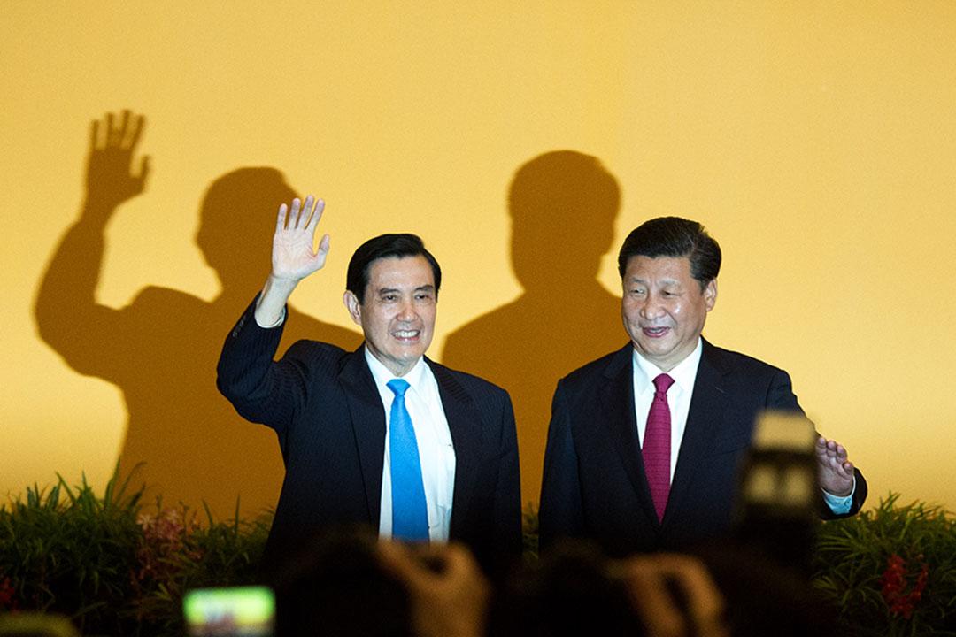 2015年11月7日,新加坡,台灣總統馬英九與中國主席習近平會面時向在場記者揮手。攝:盧翊銘/端傳媒