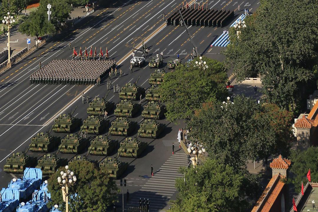 坦克車和軍人在天安門廣場外的長安大街等待檢閱。
